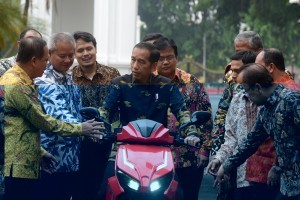 President Jokowi checks national electric motorcycle Gesits at Presidential Palace yard, Jakarta, Wednesday (7/11) (Photo: OJI/PR)
