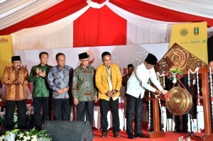 President Jokowi hit the gong to open the 21th Congress of the Muhammadiyah Student Association (IPM) of Muhammadiyah University of Sidoarjo, Sidoarjo Regency, East Java, Monday (19/11). (Photo by: BPMI)
