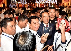 President Jokowi takes selfie with participants of National Leadership Meeting (Rapimnas) of the Indonesian Chamber of Commerce and Industry (Kadin) in Surakarta, Wednesday (28/11).  Photo by: Presidential Secretariat.