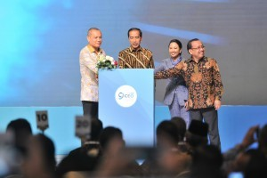 President Jokowi, accompanied by Minister of State Secretary Pratikno, Minister of State-Owned Enterprises Rini Soemarno and CEO of Kompas Gramedia Lilik Oetama, opens the 2018 Kompas 100 CEO Forum in Jakarta, Tuesday (27/11). Photo by: Jay/PR.