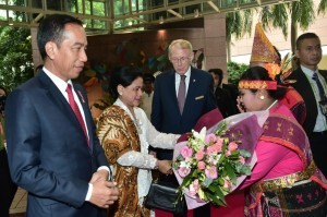 President Jokowi and First Lady Ibu Iriana Joko Widodo arrive in Singapore, Tuesday (13/11) to attend the ASEAN Summit and other related Summits. Photo by: Presidential Secretariat.