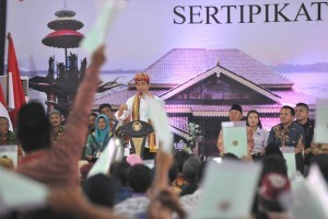 President Jokowi delivers land certificates at Central Lampung Government Office Complex, Lampung, Friday (23/11). Photo by: Jay/PR.