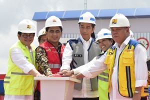 Photo Caption: President Jokowi accompanied by ministries inaugurating Pejagan-Pemalang Toll Road (section 3 and 4 East Brebes-Sewaka) and Pemalang-Batang Toll Road (Sewaka-Pemalang Interchange) at the Tegal Timur Toll Gate, Tegal, Central Java, Friday (9/11) afternoon. (Photo by: Oji/Public Relations)