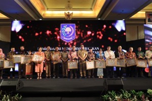 Minister of Home Affairs Tjahjo Kumolo takes pictures with representatives of the awardees in Jakarta, Tuesday (6/11). Photo by: Puspen Kemendagri