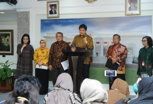 Minister of Industry delivers a press statement when announcing the16th Economic Policy Package ,at the Presidential Office, Jakarta, Friday (16/11). (Photo by: Jay/ PR Division)
