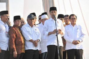 President Jokowi on Saturday (27/10) in Bangkalan, East Java, announces that the Government has changed the status of Suramadu Bridge to a non-toll public road. Photo by: Jay/PR.