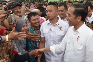 President Jokowi shakes hands with the locals during distribution of land certificate in Tegal, Central Java, Friday (9/11). Photo by: Oji/PR.