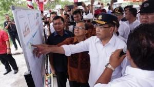Menhub saat meninjau rencana bandara di Bali Utara di Kecamatan Kubutambahan - Buleleng, Minggu (30/12). (Foto: Kemenhub)