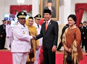 President Jokowi accompanied by First Lady Iriana congratulates newly-inaugurated Governor of Riau Wan Hasyim at the State Palace, Jakarta, Monday (10/12). (Photo by: Jay/ PR Division)