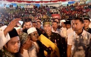 President Jokowi attends the Riau Community Cultural Performance at Youth Center, Pekanbaru, Riau, Saturday (15/12). (Photo by: BPMI).