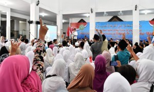 President Jokowi delivers his remarks at an amicable gathering at Darul Ulum Islamic Boarding School, Jombang, East Java, Tuesday (18/12). (Photo by: Presidential Secretariat)