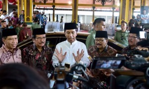 Photo caption: President Jokowi responds to reporters' questions after distributing land certificates at Pendopo 2 of the Office of Bangkalan Regent, Wednesday (19/12). (Photo by: BPMI)