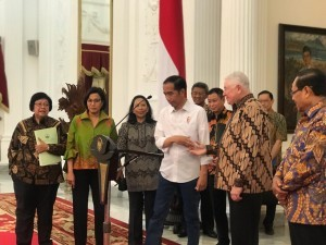 President Jokowi accompanied by a number of ministries and CEO of Freeport announces the finalization of Freeport Indonesia's divestment, at the Merdeka Palace, Jakarta, Friday (21/12). (Photo by: IST)