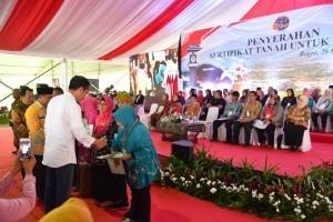 President Jokowi distributes land certificates in Watesjaya Village, Cigombong Subdistrict, Bogor Regency, Wednesday (26/12) (Photo by: BPMI)