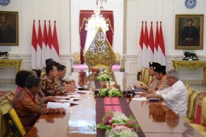 President Jokowi receives University of Indonesia (UI) Rector, at the Merdeka Palace, Thursday (27/12). (Photo by: Oji/PR Division)