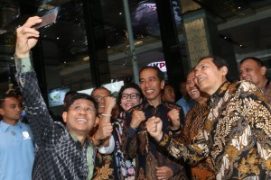 President Jokowi poses in a wefie with the Corruption Eradication Commission (KPK) leaders at the commemoration of the International Anti-Corruption Day, at Bidakara Hotel, Jakarta, Tuesday (4/12). (Photo by: OJI/PR Division)