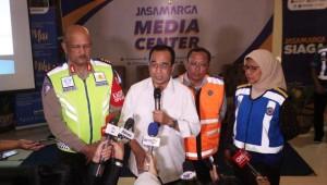 Menhub saat saat konferensi pers di Kantor Jasa Marga Gerbang Tol Cikarang Utama, Jumat (21/12). (Foto: Kemenhub)