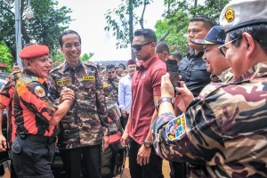 President Jokowi meets with the Leader of youth group Pemuda Pancasila Yapto SP at the opening of the FKPPI State Defense National Jamboree, at Ragunan Campground, Jakarta, Friday (7/12). (Photo by: Agung/PR Divisions)