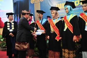 Cabinet Secretary Pramono Anung congratulates a number of graduates at multipurpose hall of Indo Global Mandiri University, Palembang, Saturday (8/12). (Photo by: Jay/PR Division)