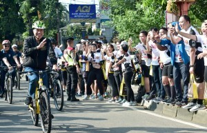 President Jokowi rides his bike during his working visit to West Java Province, Sunday (2/12). Photo by: BPMI