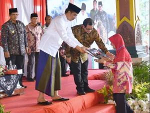 Presiden Jokowi saat acara penyerahan sertifikat hak atas tanah untuk rakyat di Pendopo 2 Kantor Bupati Bangkalan, Rabu (19/12). (Foto: BPMI)