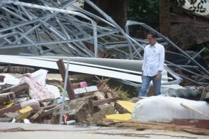 Presiden Jokowi meninjau lokasi terdampak bencana tsunami di Carita, Pandeglang, Banten, Minggu (24/12) pagi. (Foto: Setpres)