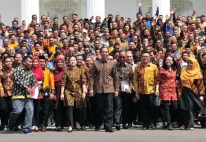 President Jokowi in a group photo with participants of PKH Resource Jamboree, at the State Palace, Jakarta, Thursday (13/12). (Photo by: Jay/Public Relations Division)