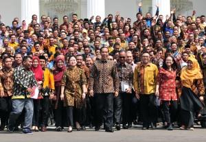 Presiden Jokowi bersama Menko PMK dan Mensos berfoto bersama peserta Jambore Sumber Daya PKH, di halaman Istana Negara, Jakarta, Kamis (13/12) pagi. (Foto: JAY/Humas)