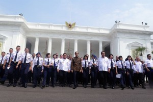 President Jokowi in a group photo with security guards of the participants of the 2018 National Security Services Industry Conference, at the State Palace, Jakarta, Wednesday (12/12). (Photo by: Oji Public Relations Division)