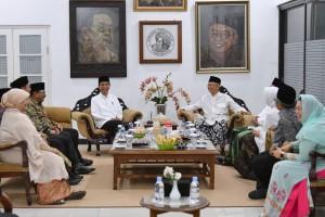 Presiden Jokowi berbincang santai dengan K.H. Salahudin Wahid dan keluarga, di Pondok Pesatren Tebuireng, Jombang, Jatim, Selasa (18/12) siang. (Foto: Setpres)