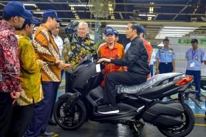 Presiden Jokowi mencoba motor produk YMMI, saat peluncurkan ekspor ke-1,5 juta, di Pulogadung, Jakarta Timur, Senin (3/12) siang. (Foto: AGUNG/Humas)