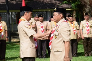 President Jokowi inaugurates Budi Waseso as Chairperson of Scout Movement National Council on the courtyard of Merdeka Palace, Jakarta, Thursday (27/12). (Photo by: Oji/Public Relations Division)