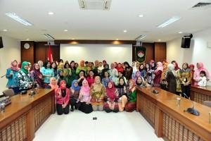 Ibu Hani Pramono Anung berfoto bersama pengurus dan anggota DWP Setkab, di ruang rapat lantai IV Gedung III Kemensetneg, Jakarta, Jumat (14/12) pagi. (Foto: JAY/Humas)