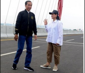 President Jokowi with First Lady Iriana on the Kali Kuto Bridge, Semarang, Thursday (21/12). (Photo by: Oji/Public Relations Division)