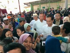 Presiden Jokowi menjawab wartawan di sela-sela peninjauan ke lokasi terdampak bencana tsunami, di Carita, Pandeglang, Banten, Minggu (24/12) pagi. (Foto: Setpres)