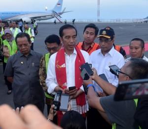 Presiden Jokowi menjawab wartawan saat berkunjung ke Kecamatan Luwuk, Kabupaten Banggai, Sulawesi Tengah, Minggu (23/12). (Foto: Setpres)