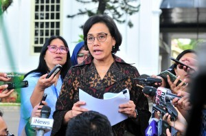 Minister of Finance Sri Mulyani answers questions from reporters after attending Plenary Cabinet Meeting, at State Palace, Jakarta, Wednesday (5/12). (Photo: JAY/PR)