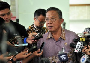 Coordinating Minister for the Economy Darmin Nasution told reporters after attending the Limited Cabinet Meeting on Development of Batam, at the Presidential Office, Jakarta, Wednesday (12/12). (Photo by: Jay/Public Relations)