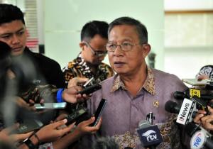Menko Perekonomian Darmin Nasution menjawab wartawan usai rapat terbatas, di Kantor Presiden, Jakarta, Rabu (12/12) sore. (Foto: JAY/Humas)