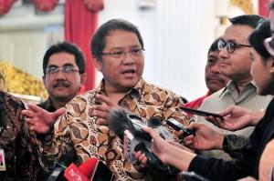Menkominfo Rudiantara menjawab wartawan usai Pembukaan Konvensi Nasional Humas 4.0, di Istana Negara, Jakarta, Senin (10/12) pagi. (Foto: JAY/Humas)