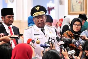Gubernur Riau Wan Hasyim menjawab wartawan usai pelantikan dirinya di Istana Negara, Jakarta, Senin (10/12) siang. (Foto: JAY/Humas)