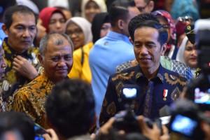 Presiden Jokowi didampingi Ketua KPK menjawab wartawan usai menghadiri acara Peringatan Hari Anti Korupsi Se Dunia 2018, di Hotel Bidakara, Jakarta, Selasa (4/12) pagi. (Foto: OJI/Humas)