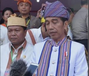 Presiden Jokowi menyampaikan ucapan duka cita untuk korban tsunami di Selat Sunda, di Tanah Toraja, Minggu (23/12). (Foto: Setpres)