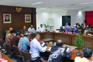 Deputi Seskab bidang Administrasi Farid Utomo menyambut Tim Evaluasi RB dan SAKIP dari Kementerian PANRB, di ruang rapat lantai IV Kemensetneg, Jakarta, Kamis (20/120 pagi. (Foto: AGUNG/Humas)