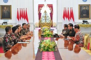 Presiden Jokowi didampingi Mensesneg dan Seskab menerima jajaran pengurus FKPPI, di Istana Merdeka, Jakarta, Rabu (5/12) pagi. (Foto: JAY/Humas)