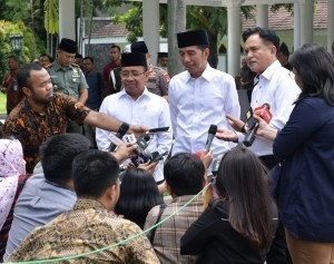 President Jokowi gives press statement to reporters after meeting with Yusril Ihza Mahendra. (Foto: BPMI)