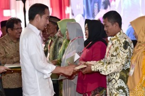 President Jokowi hands over land certificates at Bogor Regency Sports Hall, Saturday (1/12). (Photo: BPMI)