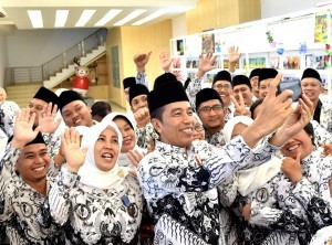 President Jokowi takes a group photo with a number of teachers at the Pakansari Stadium, Bogor Regency, West Java, Saturday (1/12). (Photo by: BPMI)