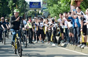 Presiden Jokowi melakukan kunjungan kerja di Provinsi Jawa Barat, Minggu (2/12), dengan bersepeda santai. (Foto: BPMI)