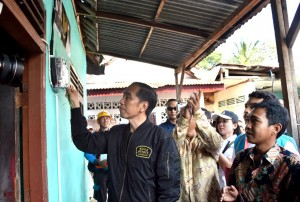 Presiden Jokowi saat melaksanakan program listrik bagi warga tidak mampu warga di Kelurahan Bantarjati, Kecamatan Bogor Utara, Kota Bogor, Minggu (2/12). (Foto: BPMI)